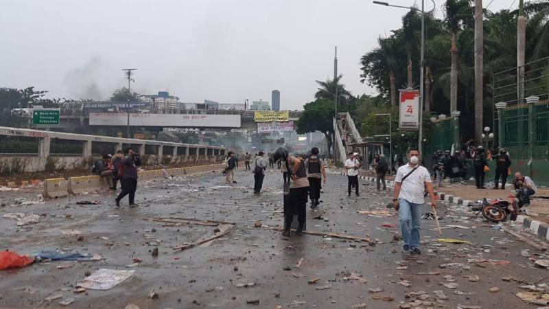Suasana di Jalan Gatot Subroto, depan gedung DPR/MPR. Mahasiswa dipukul mundur oleh kepolisian melalui tembakan gas air mata, Selasa (24/9). - Bisnis/Rayful Mudassir
