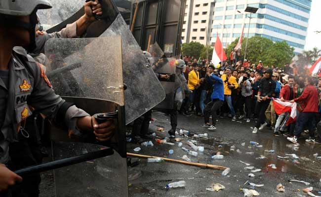 Petugas kepolsian menghalau mahasiswa saat berusaha membubarkan aksi dari berbagai perguruan tinggi di depan Kompleks Parlemen, Senayan, Jakarta. Antara - Muhammad Adimaja