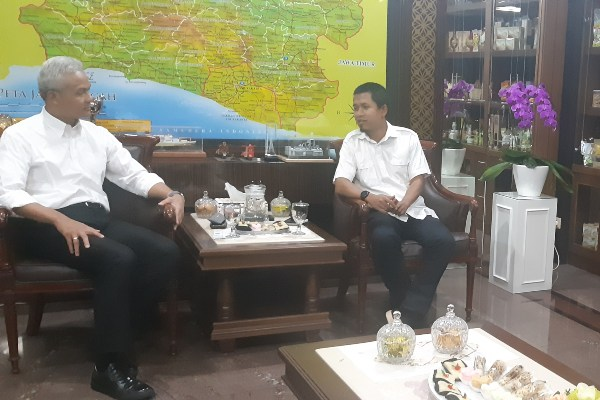 Gubernur Jawa Tengah Ganjar Pranomo (kiri) berdialog dengan Pemimpin Redaksi Bisnis Indonesia Hery Trianto saat kunjungan tim Bisnis Indonesia ke Kantor Gubernur Jateng, Selasa 24 September 2019