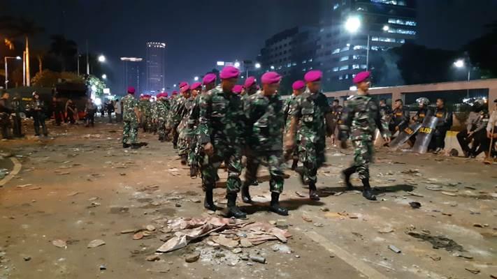 Pasukan Marinir bertangan kosong turun melakukan pengamanan terkait aksi unjuk rasa mahasiswa menentang sejumlah RUU Kontroversila dan beberapa isu lainnya - Bisnis/Rayful Mudassir
