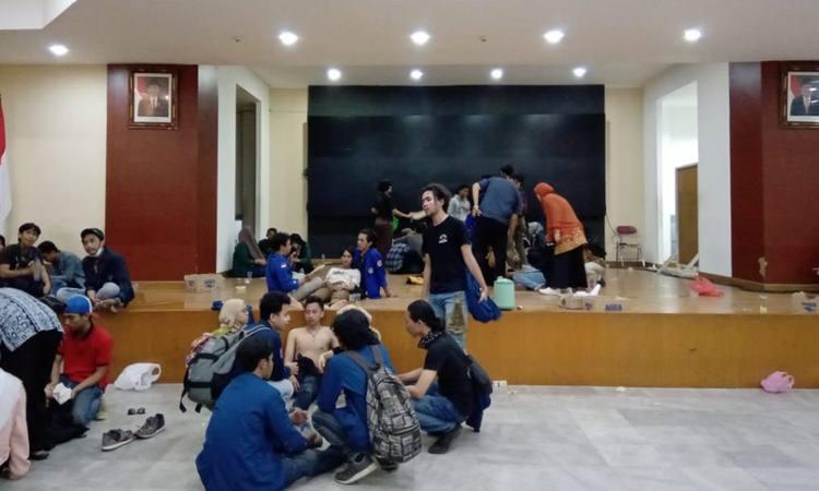 Sejumlah mahasiswa terlihat kelelahan dan beberapa di antara pingsan seusai unjuk rasa di gedung DPR, Selasa (24/9). - Bisnis/Wibi Pangestu Pratama