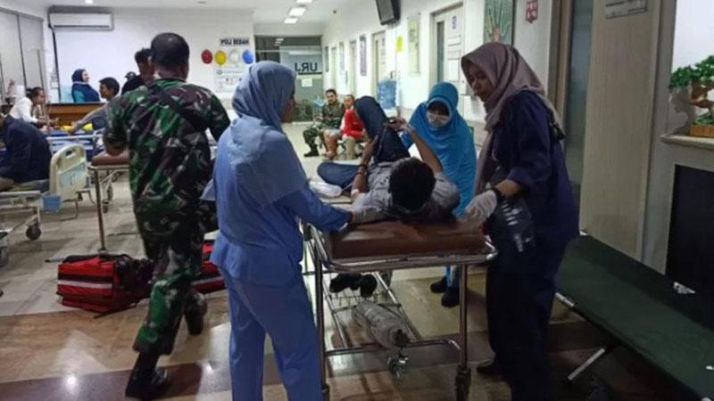 Mahasiswa korban kericuhan demonstrasi di Gedung DPR/MPR Senayan Jakarta berdatangan menuju ruang Unit Rawat Jalan dan Instalasi Gawat Darurat RS Mintohardjo, Jakarta Pusat, Selasa (24/9/2019). - Antara/Andi Firdaus