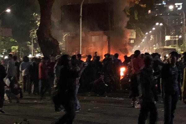 Pos polisi terbakar di dekat Hotel Mulia Senayan, Jakarta - Bisnis/Sholahuddin Al Ayyubi