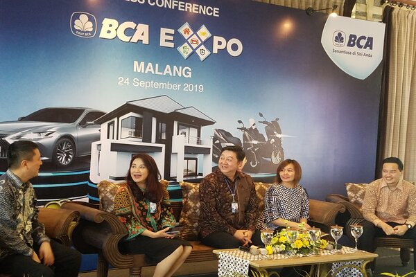 Executive Vice President Consumer Loan BCA Felicia Mathilda Simon (dua dari kiri) bersama Kepala Kanwil VII BCA Jo Rudy Kurniawan (tiga dari kanan) saat memberikan keterangan pers kepada wartawan di Malang, Selasa (24/9/2019). - Bisnis/Choirul Anam