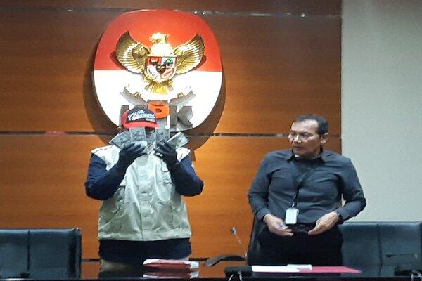Petugas KPK dan Wakil Ketua KPK Saut Situmorang (kanan) memperlihatkan barang bukti suap kasus suap kuota impor ikan. - Bisnis