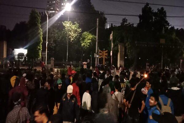 Massa berkumpul di sekitar motor yang dibakar di Palmerah, Jakarta, Selasa (24/9/2019) malam. - Bisnis/Dionisio Damara