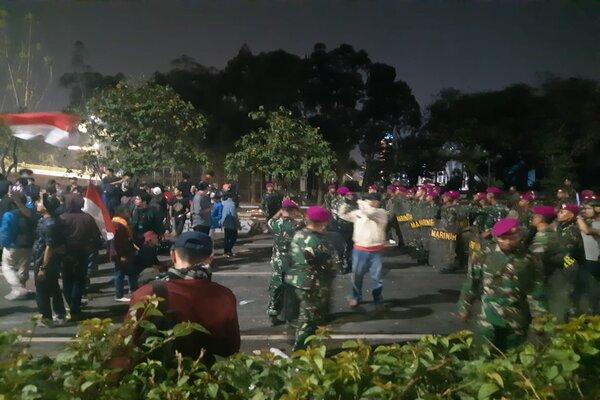 TNI mundur setelah diskusi dengan sejumlah mahasiswa demonstran, Selasa (24/9/2019). - Bisnis/Andi M.
