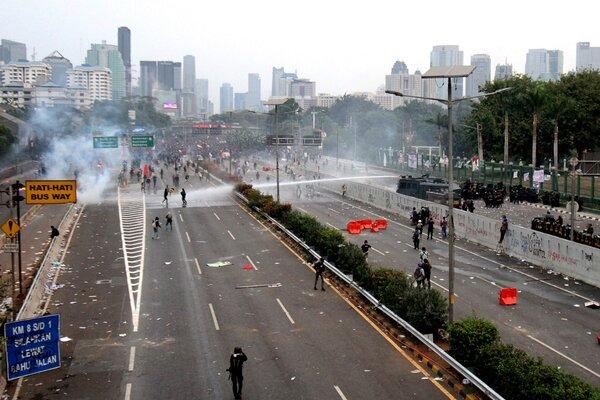 Sejumlah mahasiswa terlibat kericuhan saat berunjuk rasa di depan kompleks Parlemen di Jakarta, Selasa (24/9/2019). - JIBI/Bisnis/Arief Hermawan P