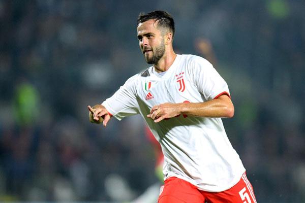 Gelandang Juventus Miralem Pjanic selepas menjebol gawang Brescia. - Reuters/Daniele Mascolo