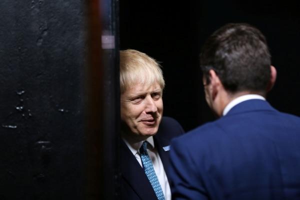 Perdana Menteri (PM) Inggris Boris Johnson (kiri) berbicara dengan Wali Kota Manchester Andy Burnham di Museum Sains dan Industri di Manchester, Inggris, Sabtu (27/7/2019). - Reuters/Lorne Campbell