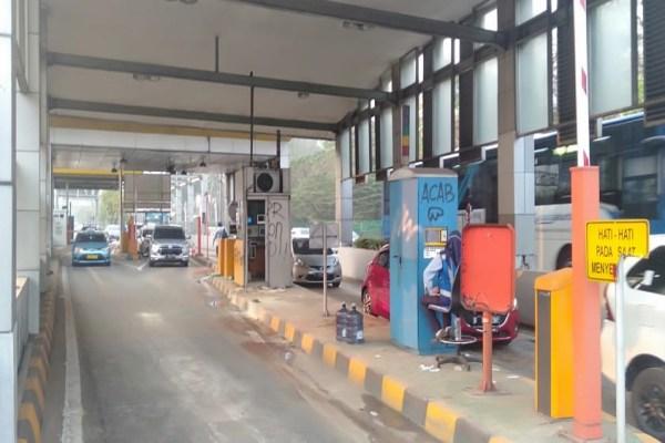 Salah satu gerbang tol milik Jasa Marga yang dibuka kembali pascad-rusak masa pendemo. - Bisnis