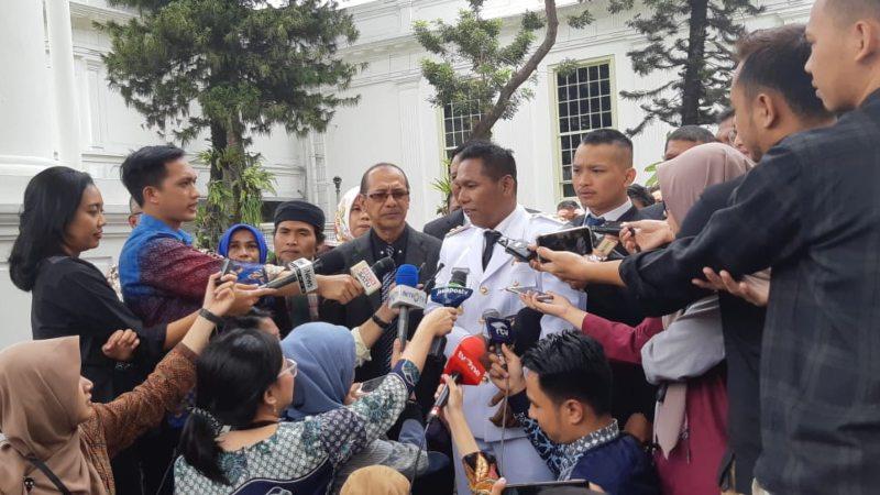 Dedy Ermansyah (tengah) menyampaikan keterangan kepada wartawan usai dilantik sebagai Wakil Gubernur Bengkulu oleh Presiden Joko Widodo di Istana Negara, Jakarta, Rabu (25/9/2019). - Bisnis/Yodie Hardiyan