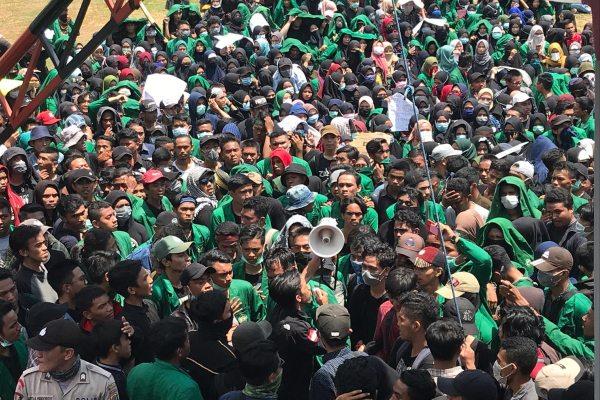 Ratusan mahasiswa dari berbagai perguruan tinggi di Manado menggelar aksi menolak RUU KUHP, meminta pembatalan UU KPK, dan mendesak RUU Penghapusan Kekerasan Seksual di depan kantor DPRD Sulawesi Utara (Sulut), Manado, Rabu (25/9/2019). - Bisnis/M. Nurhadi Pratomo
