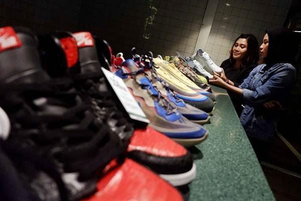 Pengunjung memperhatikan koleksi sepatu di sela-sela konferensi pers BCA Jakarta Sneaker Day 2019, di Jakarta, Jumat (18/1/2019). - Bisnis/Nurul Hidayat