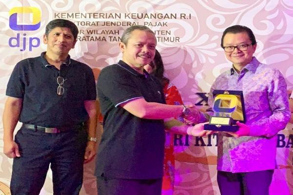 Presiden Direktur Triniti Dinamik, Samuel S, Huang dan beberapa perusahaan lainnya menerima penghargaan dari Kakanwil Djp Banten, Jatnika sebagai wajib pajak terbaik disaksikan Kepala Kantor KPP Tangerang Timur Faisal Fatahillah, Selasa, 24 September 2019