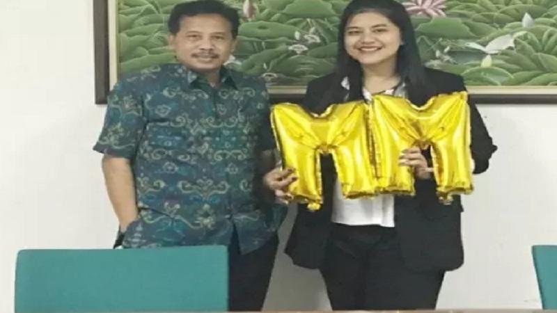 Putri Presiden Joko Widodo, Kahiyang Ayu (kanan) bersama dosen pembimbingnya di Sekolah Bisnis IPB, Dr Arief Daryanto. - Humas IPB University