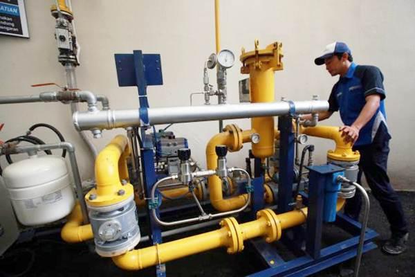 Petugas memeriksa saluran pipa milik Perusahaan Gas Negara di Jakarta. - Bisnis/Abdullah Azzam