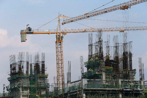 Para pekerja terlihat dalam konstruksi proyek residensial dan komersial di Manila, Filipina, Selasa (22/9/2015). - Reuters/Romeo Ranoco