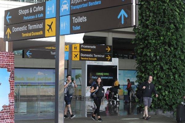 Wisatawan mancanegara (wisman) membawa barang bawaan di Terminal Internasional Bandara Internasional I Gusti Ngurah Rai, Bali, Selasa (3/9/2019). PT Angkasa Pura I (Persero) Kantor Cabang Bandara Internasional I Gusti Ngurah Rai mencatat sebanyak 3.533.010 orang wisman tiba di Bali pada Januari-Juli 2019 melalui bandara tersebut, meningkat 0,1 persen dibanding periode yang sama tahun sebelumnya, dengan dominasi wisatawan asal China dan Australia. - ANTARA FOTO/Fikri Yusuf