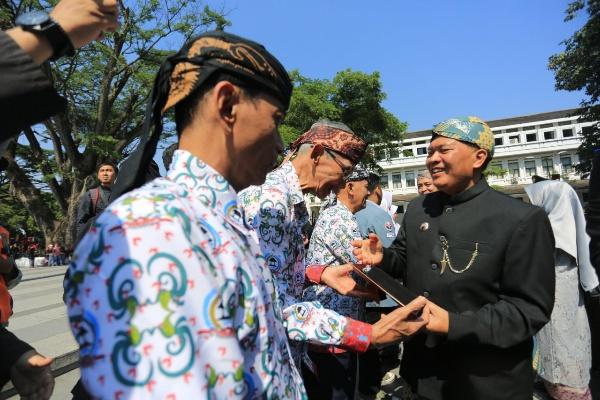 Pemkot beri berbagai penghargaan di Hari Jadi ke-209 Kota Bandung - Bisnis/Dea Andriyawan