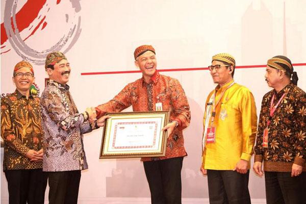 Gubernur Jateng Ganjar Pranowo (tengah) menerima penghargaan pertama nasional pengawasan penyelenggaraan pemerintahan dari Kementerian Dalam Negeri di acara Rapat Koordinasi Pengawasan Pemerintah Daerah secara Nasional Tahun 2019 di Solo pada Rabu (25/9/2019). - Istimewa
