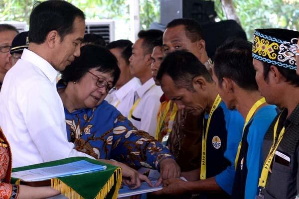 Presiden Jokowi didampingi Menteri LHK Siti Nurbaya, saat menyerahkan SK Tanah Objek Reforma Agraria (TORA) di Taman Digulis Pontianak, Kecamatan Pontianak Tenggara, Kota Pontianak, Kalimantan Barat, 5 September 2019. - Istimewa