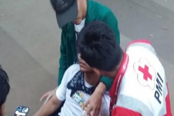 Petugas PMI saat memberikan bantuan pertolongan pertama kepada korban terluka saat aksi unjuk rasa di sekitar Gedung DPR RI di DKI Jakarta. - Antara