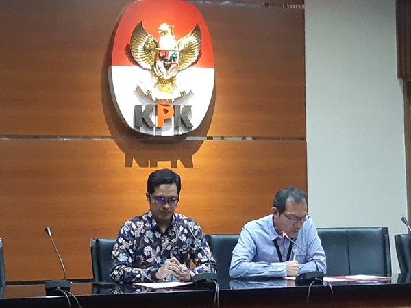 Wakil Ketua KPK Saut Situmorang (kanan) dalam pemaparan konferensi pers - Bisnis