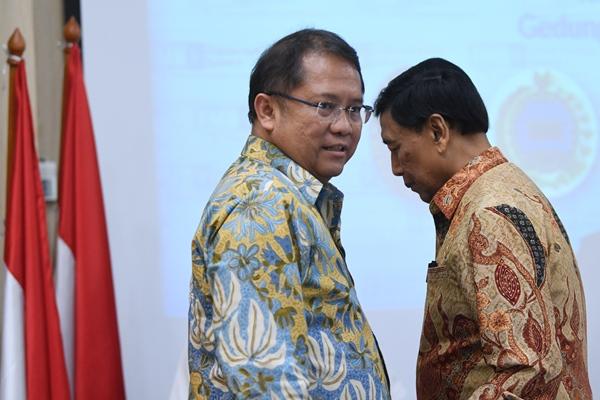 Menko Polhukam Wiranto (kanan) bersama Menkominfo Rudiantara (kiri) meninggalkan ruangan seusai melakukan pertemuan dengan forum pemred terkait perkembangan arus informasi Papua di Kantor Kemenkominfo,Jakarta, Selasa (3/9/2019). - ANTARA FOTO / Wahyu Putro A