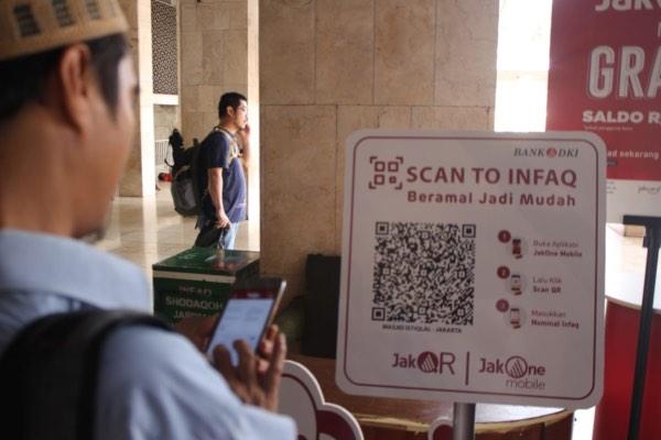 Warga Jakarta mencoba aplikasi JakQR yang dikembangkan Bank DKI di Masjid Istiqlal, Jakarta. - Dok. Bank DKI