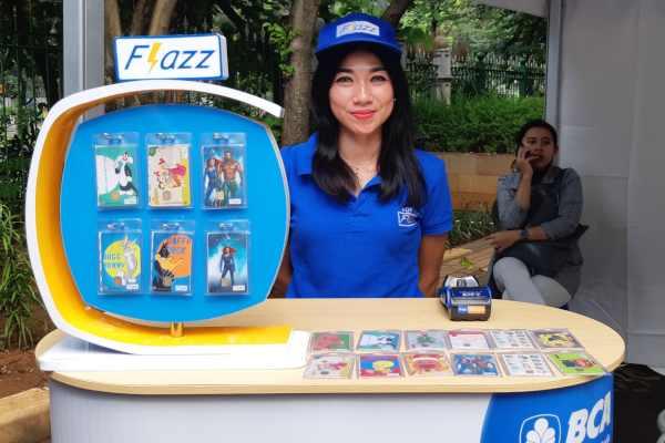 Seorang sales promotion girl memamerkan uang elektronik PT Bank Cetral Asia Tbk., dalam acara pembukaan penukaran uang pecahan kecil Bank Indonesia di Taman IRT Monas, Jumat (17/5/2019). - Bisnis M. Richard