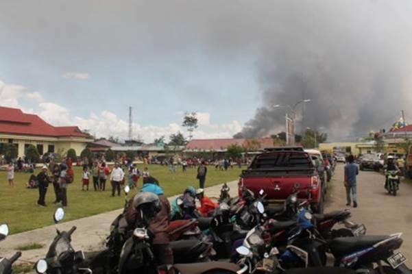 Warga mengungsi di Mapolres Jayawijaya saat terjadi aksi unjuk rasa yang berakhir rusuh di Wamena, Jayawijaya, Papua, Senin (23/9/2019). - Antara/Marius Wonyewun