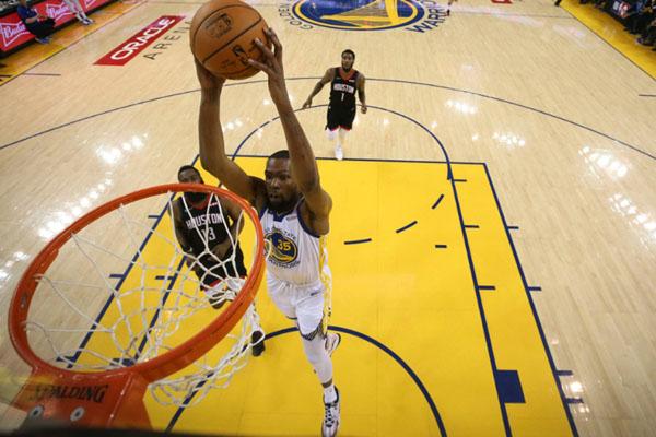 Kevin Durant saat musim lalu membela Golden State Warriors. - Reuters