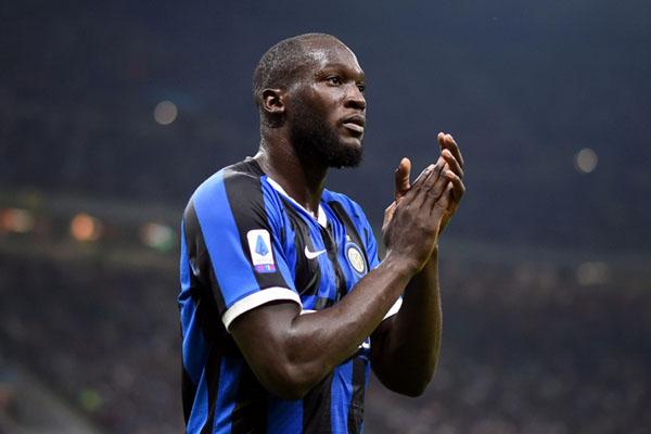 Striker Inter Milan Romelu Lukaku memberi salam kepada fans setelah menang atas Lazio. - Reuters/Daniele Mascolo