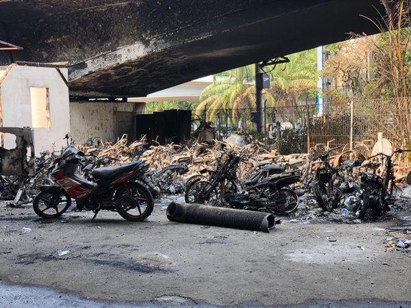 Belasan kendaraan sitaan dan satu Pos Polisi di kolong flyover Tomang Jakarta Barat telah dibakar massa aksi Rabu (25/9) malam dan Kamis (26/9/2019) dini hari. - Bisnis / Sholahuddin Al Ayyubi