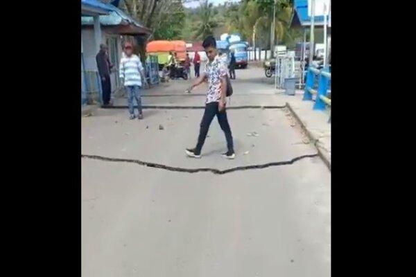 Jalan di Ambon pecah selepas gempa.