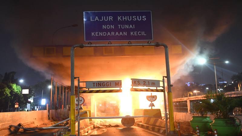 Gerbang Pejompongan tol dalam kota, dibakar massa, di Jakarta, Selasa (24/9/2019). Ribuan mahasiswa dari berbagai kampus turun ke jalan berunjukrasa menolak UU KPK dan pengesahan RUU KUHP. - Antara