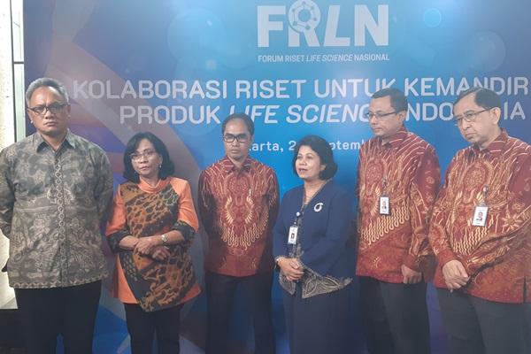 Direktur Jenderal Kefarmasian dan Alat Kesehatan, Kementerian Kesehatan, Engko Sosialine Magdalene (kedua dari kiri) dan Direktur Jenderal Pembelajaran dan Kemahasiswaan, Kementerian Riset & Teknologi Ismunandar (kiri) di sela-sela pembukaan di sela-sela Forum Riset Life Science Nasional (FRLN) 2019 yang diselenggarakan PT Bio Farma (Persero), Kamis (26/9/2019). - Bisnis/Oktaviano D.B. Hana