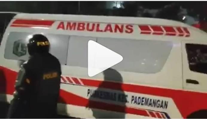 Ambulans yang disebut TMCPoldaMetro membawa batu - TMC