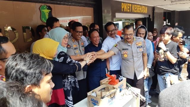 Pihak Polda Metro Jaya, PMI dan Dinas Kesehatan usai klarifikasi soal dugaan mobil ambulans pembawa batu dan bensin ketika terjadi kerusuhan. - Bisnis/Rayful Mudassir