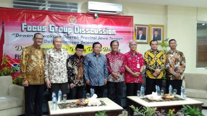 Wakil Ketua DPD RI Jawa Tengah Akhmad Muqowam (keempat kiri) saat menghadiri acara pisah sambut anggota DPD RI Jawa Tengah yang juga ditandai dengan gelaran focus group discussion di Semarang, Rabu (25/9/2019). - Bisnis/Alif Nazzala Rizqi