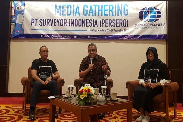 Direktur Utama PT Surveyor Indonesia (Persero) Dian M. Noer (tengah) saat menggelsr diskusi dalam Media Gathering Surveyor Indonesia di Surabaya, Kamis (26/9/2019). - Bisnis/Peni Widarti
