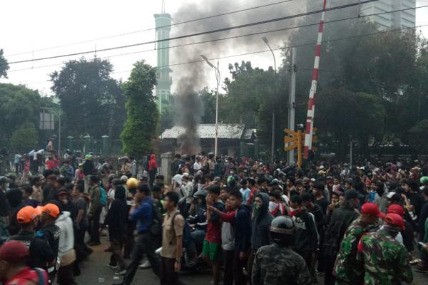 Konsentrasi massa pendemo di DPR terlihat di sekitar pelintasan rel sebidang dekat Stasiun Palmerah Jakarta Barat pada Rabu (25/9/2019). - Bisnis/Dioniso Damara