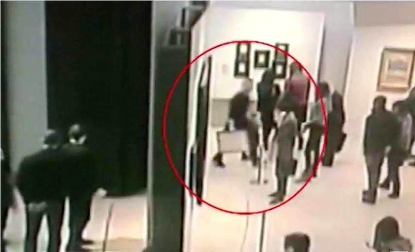 Gambar cctv menunjukkan Chuprikov menenteng lukisan seharga US 1 juta. Sumber: Reuters.