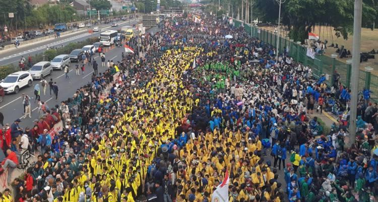 Mahasiswa memadati ruas jalan depan gedung DPR/MPR. Ribuan mahasiswa melakukan aksi penolakan atas sejumlah rancangan undang-undang di antaranya RKUHP, RUU Pertanahan, dan RUU KPK - Antara