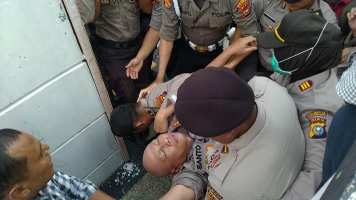 Kapolresta Pekanbaru Kombes Pol. Susanto pingsan terinjak massa pengunjuk rasa - Istimewa