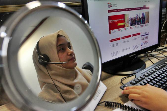 Karyawan menjawab telepon di Call Center Otoritas Jasa Keuangan (OJK), di Jakarta, Selasa (30/7). - Bisnis/Abdullah Azzam