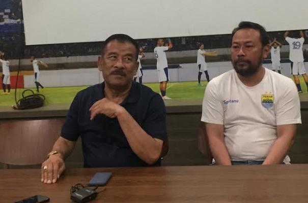 Manajer Persib Bandung, Umuh Muchtar (kiri) - Bisnis/Dea Andriyawan