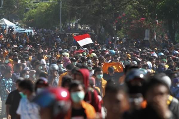 Mahasiswa berjalan menuju gedung DPRD Sulawesi Tenggara untuk melakukan aksi unjuk rasa di Kendari, Sulawesi Tenggara, Kamis (26/9/2019). Ribuan mahasiswa dari berbagai perguruan tinggi di Kendari tersebut menolak UU KPK hasil revisi dan pengesahan RUU KUHP - ANTARA/Jojon