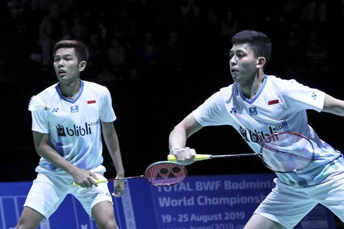 Pasangan ganda putra Indonesia Muhammad Rian Ardianto (kanan) dan Fajar Alfian mencoba mengembalikan kok ke ganda putra Taiwan Lee Yang dan Wang Chi-Lin pada final Swiss Open 2019 di St. Jakobshalle, Basel, Swiss, Minggu (17/3/2019). - ANTARA/Humas PP PBSI